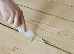 Щели на потолке между досками — чем заделать?