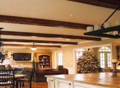 Декоративные балки и натяжной потолок — как их совместить?