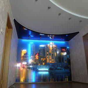 Использование для оформления стены натяжного потолка с фотопечатью