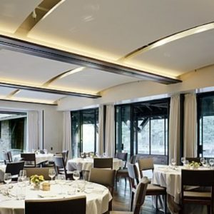 Преимущества и примеры применения натяжных потолков в кафе и ресторанах