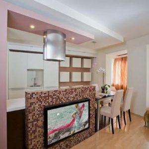 Как разделить кухню и гостиную с помощью потолка?