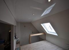 Особенности и сложности монтажа натяжного потолка над лестницей