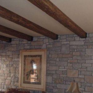 Что собой представляют и как крепить полиуретановые балки на потолок