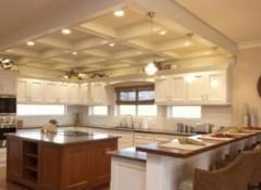 Потолок в большой кухне — варианты и примеры
