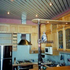 Потолок на кухне — чем можно подбить?