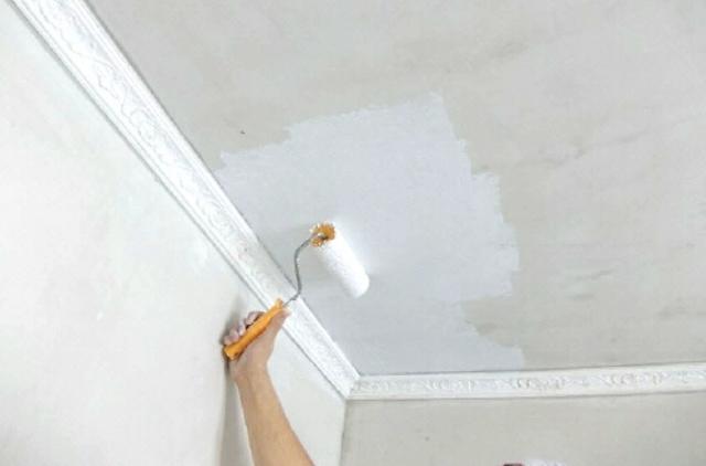 Как покрасить потолок в панельном доме?