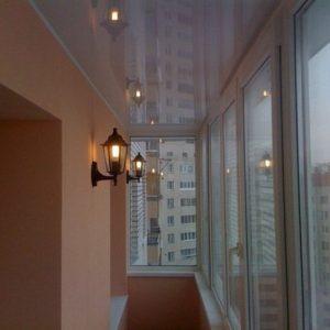 Преимущества и недостатки применения на лоджии натяжных потолков
