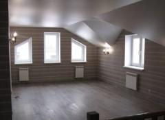Плюсы, минусы и примеры использования натяжных потолков в загородном доме