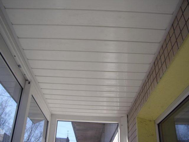 Как обшить потолок пластиковыми панелями: монтаж на балконе,.