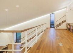 Варианты отделки потолка над лестницей на второй этаж