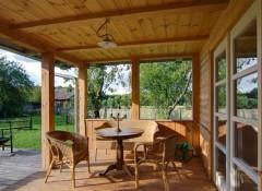 Преимущества и недостатки деревянных потолков на веранде