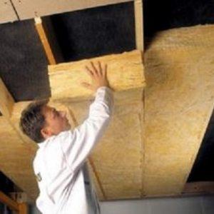 Какие материалы применяют для утепления потолка каркасного дома