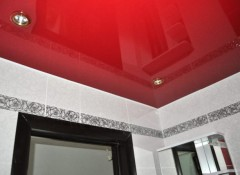 Использование в ванной красных натяжных потолков