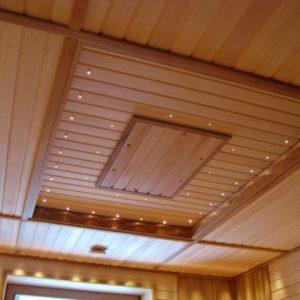 Как на деревянном потолке сделать узор вагонкой?