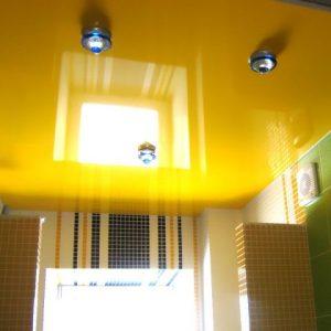 Использование в интерьере желтых натяжных потолков