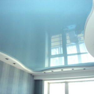 Преимущества, недостатки и области применения голубых натяжных потолков