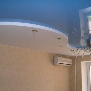 Особенности комбинирования и применения голубых потолков в интерьере