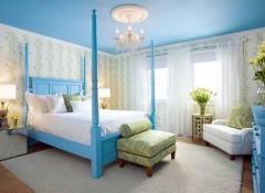 Голубой потолок — какие обои подойдут?
