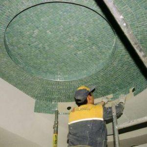 Особенности и порядок монтажа мозаики на потолке