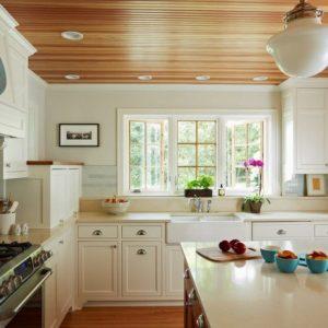 Использование потолков из деревянной вагонки на кухне
