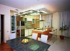Как на кухне оформить потолок над столом?
