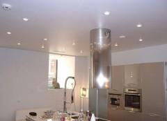Натяжные потолки на кухне — какие выбрать светильники?