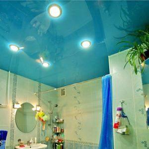 Тонкости и преимущества использования в ванной голубых натяжных потолков
