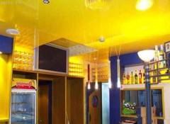 Преимущества и особенности использования желтых натяжных потолков на кухне