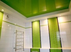 Преимущества и особенности применения в ванной зеленых натяжных потолков