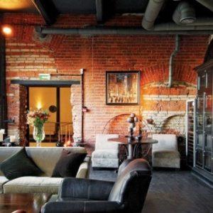 Особенности и преимущества использования потолков в стиле лофт в кафе