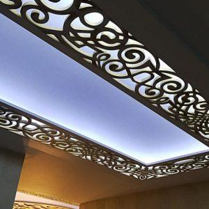 Виды и особенности резных потолков с подсветкой