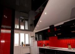 Преимущества и недостатки применения черных натяжных потолков на кухне