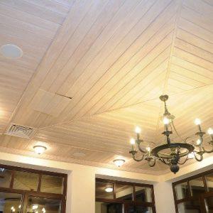 Как красиво обшить потолки в деревянном доме?