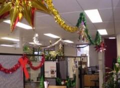 Потолок в офисе — как его украсить к Новому году?