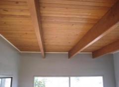 В каких случаях нужна и как выполняется шлифовка деревянного потолка?