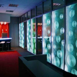 Зачем нужна и как создается подсветка стеклянной стены