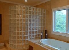 Преимущества и недостатки стеклянных стен в ванной комнате