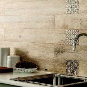 Использование в отделке стен кухни плитки под дерево