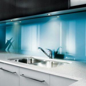 Преимущества и применение стеклянных декоративных панелей для стен