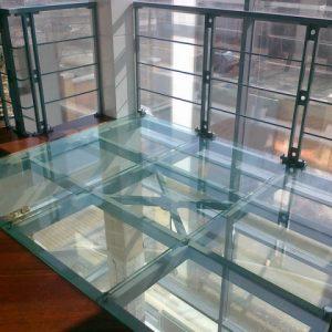 Варианты и особенности стеклянных полов