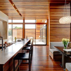Особенности, преимущества и недостатки отделки стен ламинатом в интерьере