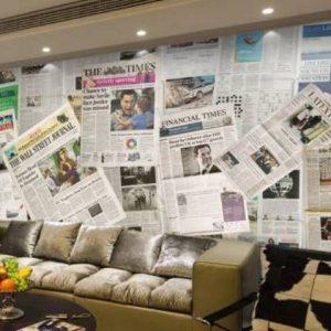 Особенности и примеры применения в интерьере обоев-газет для стен