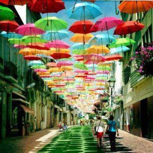 Варианты применения и примеры потолков из зонтиков