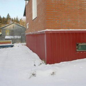 Использование профлиста для отделки цоколя частного дома