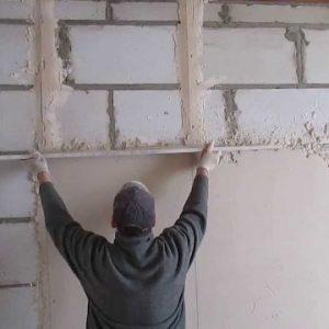 Порядок выравнивания стен по маякам шпаклевкой