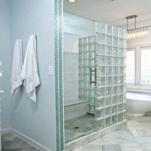 Использование в ванной стеклянного кирпича