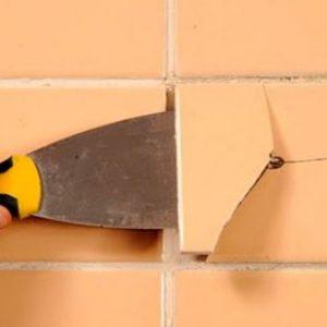 На стене отвалилась плитка — чем и как ее приклеить?