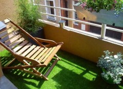 Использование в оформлении балкона искусственной травы