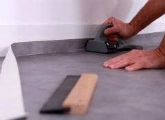 Как правильно резать линолеум около стен?