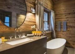 Как в деревянном доме отделывать стены в ванной?